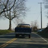 Vanha Fordin avolava-auto heinäkuormassa