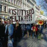 Ydinvoimaa vastustavia mielenosoittajia Helsingin keskustassa