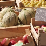 Meloneja ja omenoita myytävänä