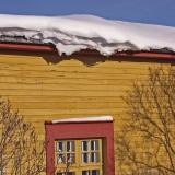 Lumikuormaa talon katolla