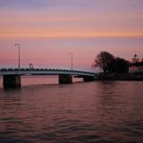 Pikku Mustasaaren ja Ison Mustasaaren välinen silta iltaruskossa