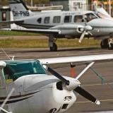 FM-Kartta Oy:n Piper, etualalla Cessna-pienkone