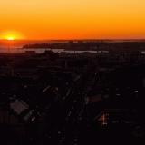 Aurinko laskee Espoon saaristoon, etualalla läntistä kantakaupunkia