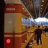 Ihmisiä nousemassa junaan
