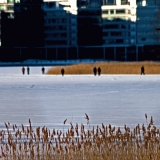 Ihmisiä kävelyllä jäällä Lehtisaaren edustalla