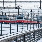 Sähkömoottorijunat Sm2 ja Sm1 lähdössä Helsingin rautatieasemalta