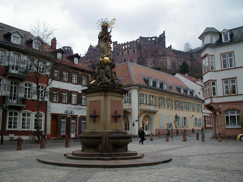 Patsas Heidelbergin Karlsplatzilla, taustalla Heidelbergin linna