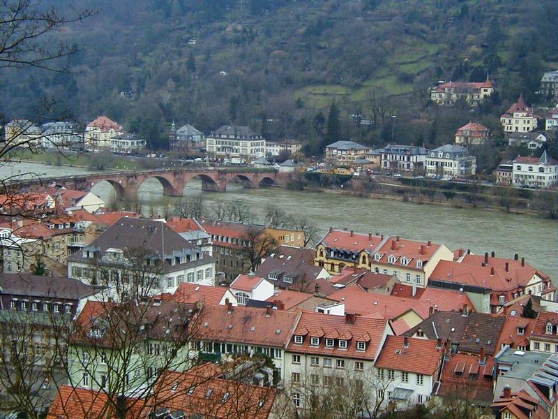 Neckar-joki virtaa Heidelbergin vanhankaupungin vieressä Alte Brücken ali