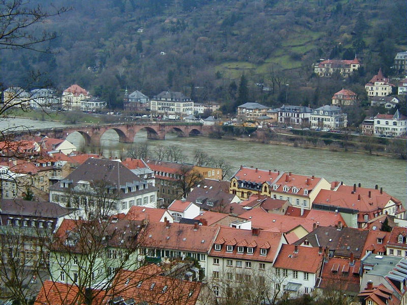 The river Neckar runs next to the Heidelberg old town under the Alte Brücke