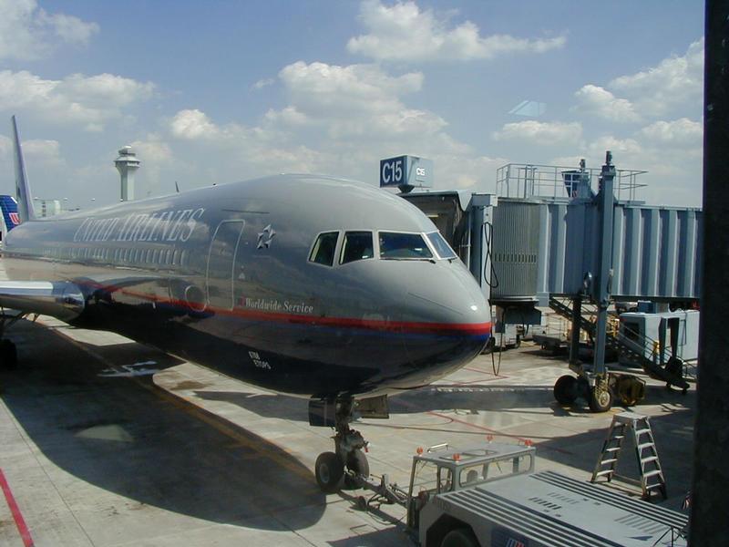 United Airlinesin lentokone terminaalissa Chicagon O'Hare -lentokentällä