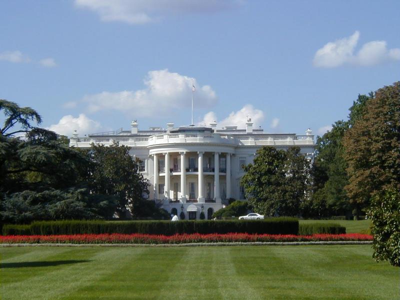 Valkoinen talo ja sen takapiha