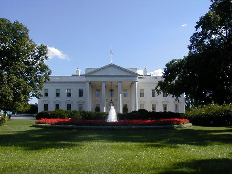Valkoinen talo ja sen etupiha