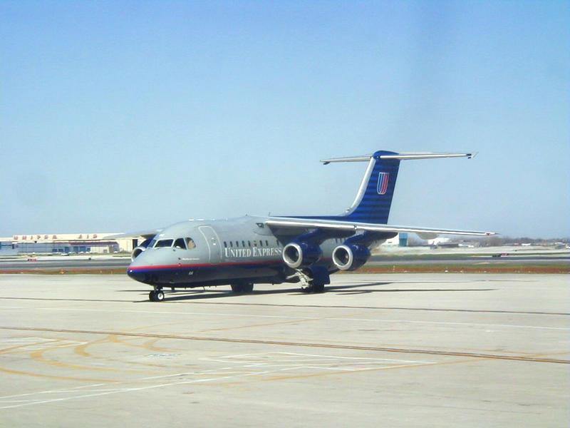 United Expressin nelimoottorinen suihkukone O'Haren lentokentällä