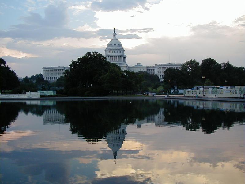 Capitol Hill ja sen heijastus vesialtaasta