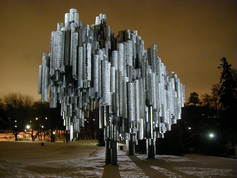 Sibelius-monumentti iltavalaistuksessa