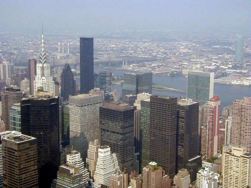 Näkymä Empire State Buildingista Chrysler Buildingin ja YK:n päämajan suuntaan