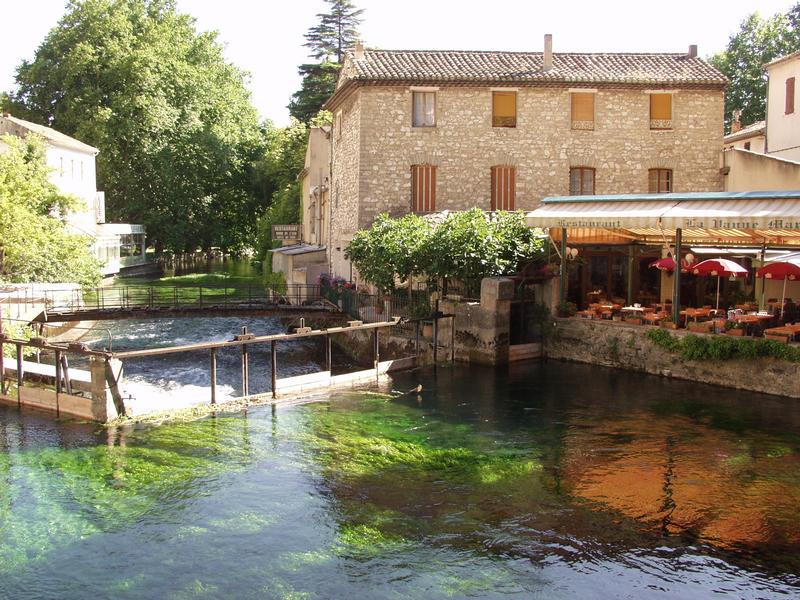 Sorgue virtaa Fontaine-de-Vauclusen kylän läpi