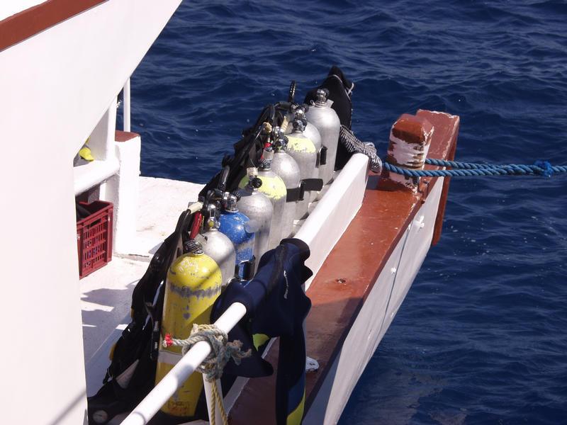 Paineilmapulloja rivissä veneen kannella