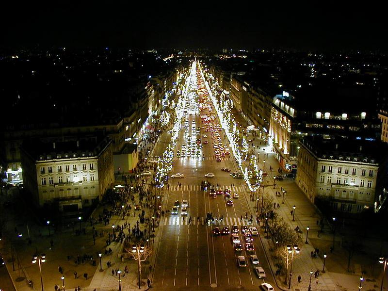 Champs Elysées riemukaaresta nähtynä
