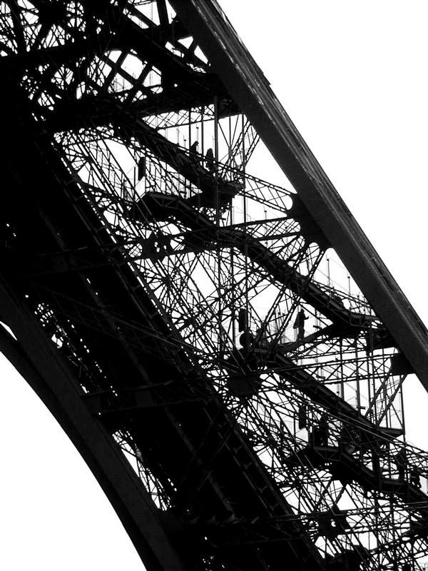 Ihmisiä nousemassa Eiffelin torniin