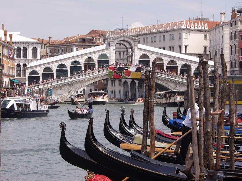 Rialton silta ja gondoleja Grande Canalessa