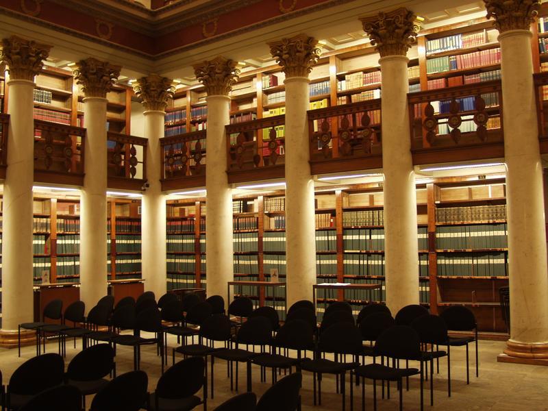 Kirjahyllyjä Helsingin Yliopiston kirjastossa