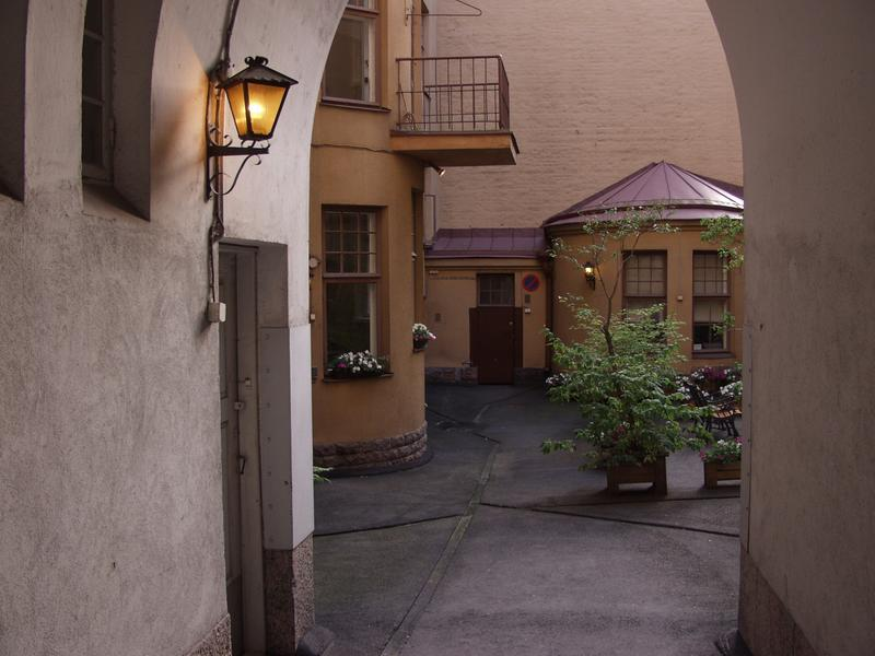 The gateway and the yard at Meritullinkatu 12