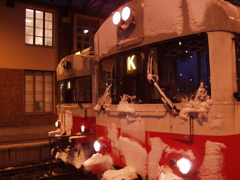 Lumisia lähijunia Helsingin Rautatieasemalla