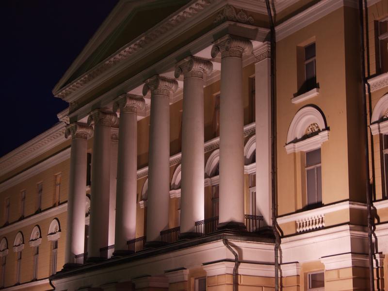 Helsingin Yliopiston päärakennus Senaatintorilla iltavalaistuksessa