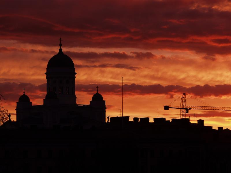 Aurinko laskee Helsingin kattojen taakse