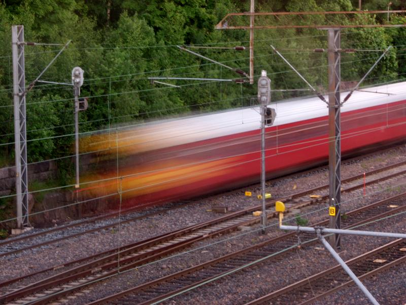 Lähijuna pyyhältää ohi Linnunlaulun