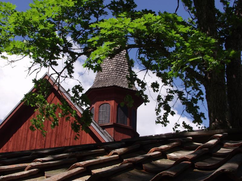 Tiilikattoa ja kirkontorni