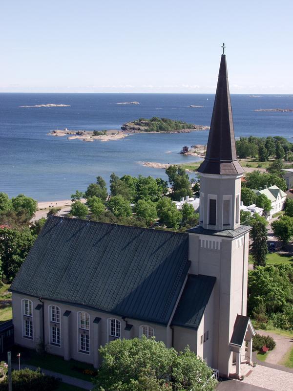 Hangon kirkko Vartiovuorella, taustalla Suomenlahti