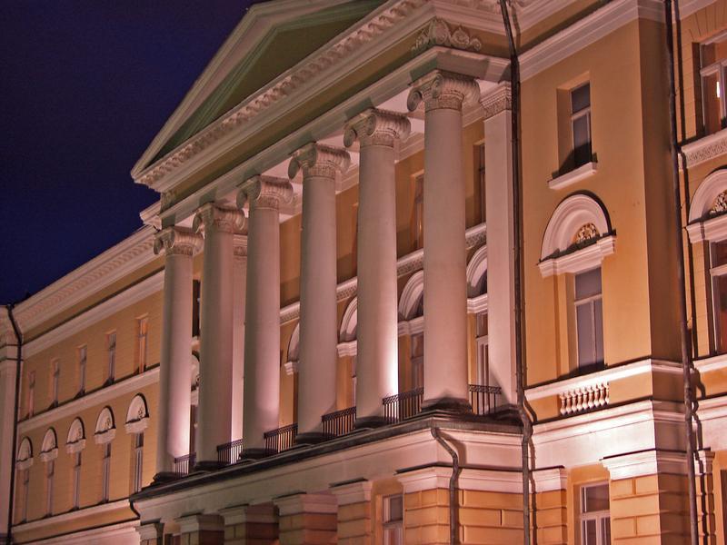 Helsingin yliopiston päärakennus iltavalaistuksessa