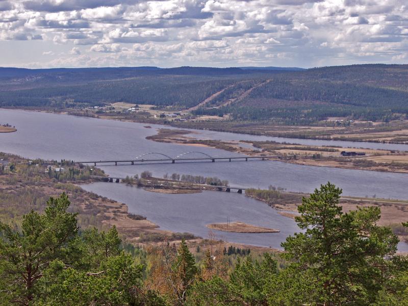 Näkymä Aavasaksalta Torniojoelle, taustalla Ruotsin Övertorneå