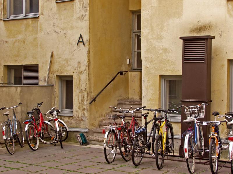 Polkupyöriä Kruununhakalaisen talon sisäpihalla