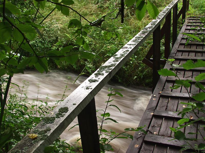 Silta kulkee tulvivan puron yli