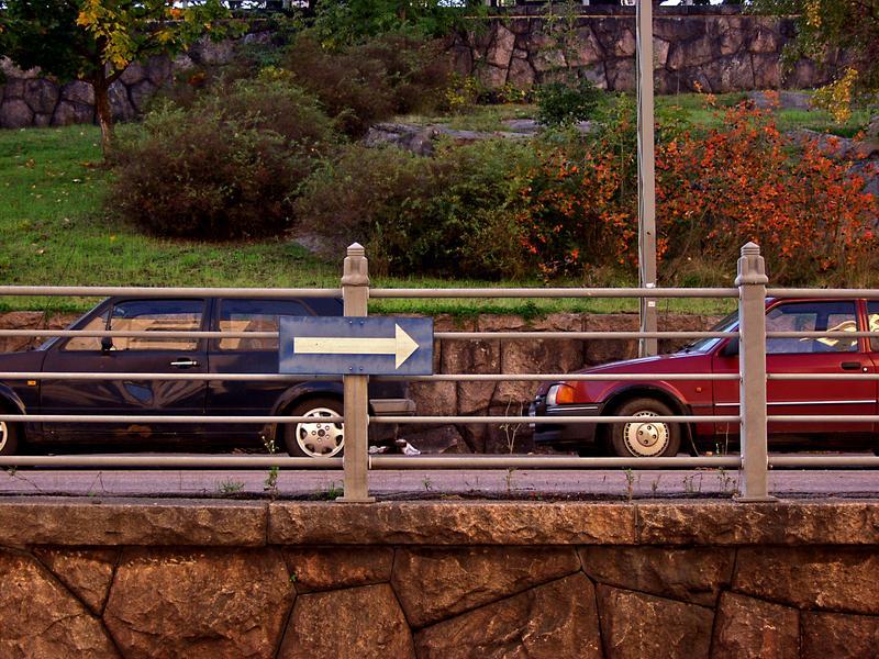Liikennemerkki ja autoja Agrikolankadulla