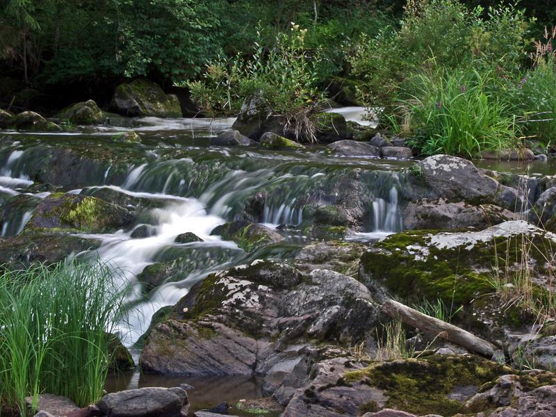 Veden kastelemaa kalliota Myllykoskella
