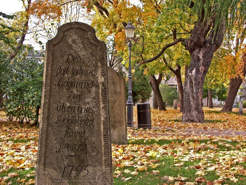 Hautakivi Vanhan kirkon puistossa