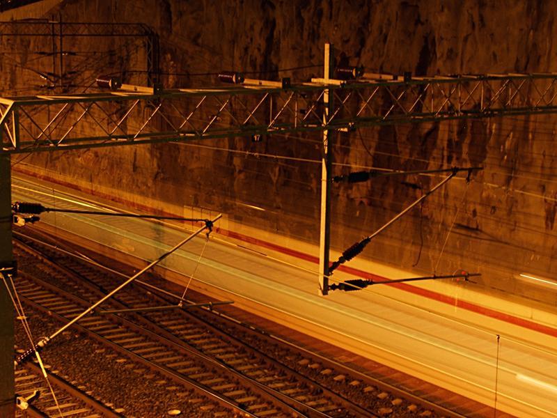 Lähijuna alittaa Linnunlaulun sillan