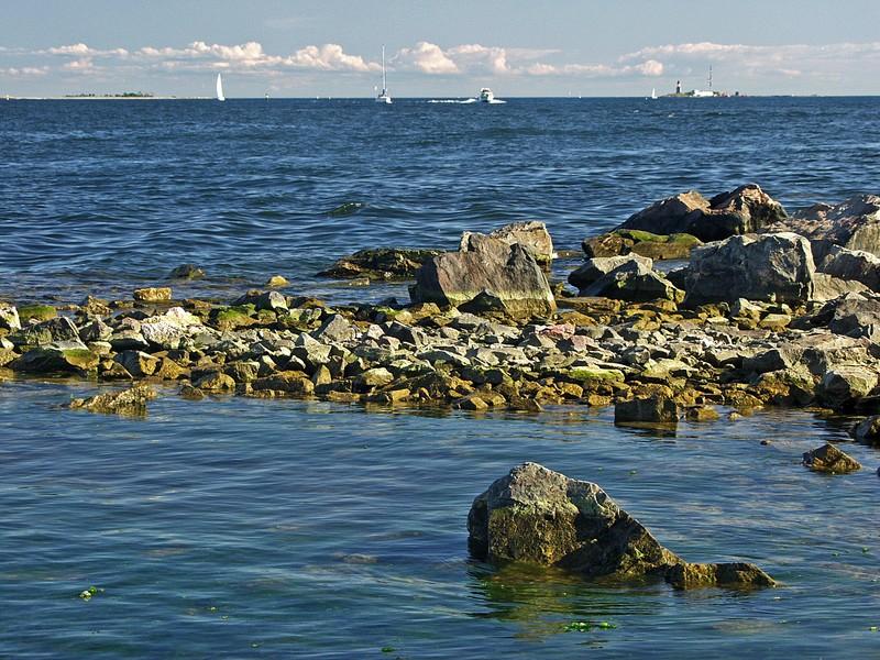 Kivikkoista rantaa Länsi-Mustalla