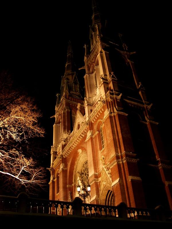 Johanneksen kirkko iltavalaistuksessa