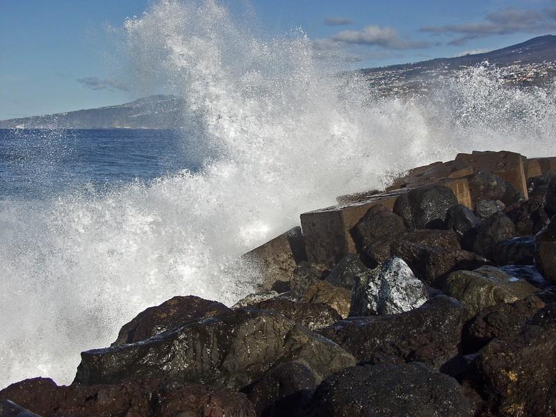 Aallot lyövät aallonmurtajaan