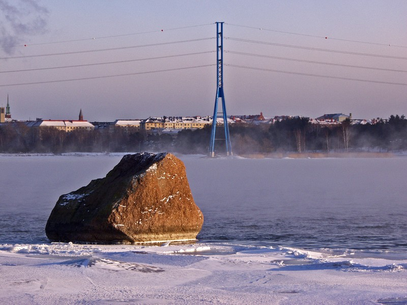 A rock and a power line at Seurasaarenselkä