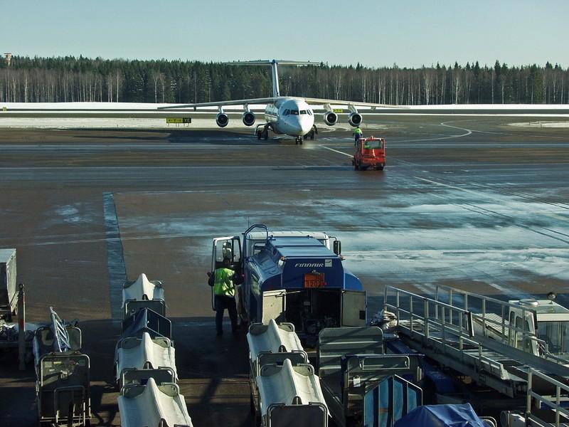 Avro RJ100 rullaamassa
