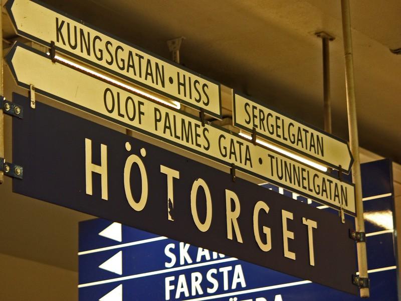 Kylttejä Hötorgetin metroasemalla