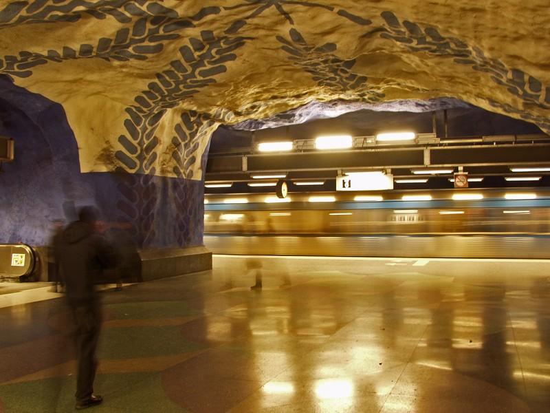Metrolaituri ja ohiajava juna