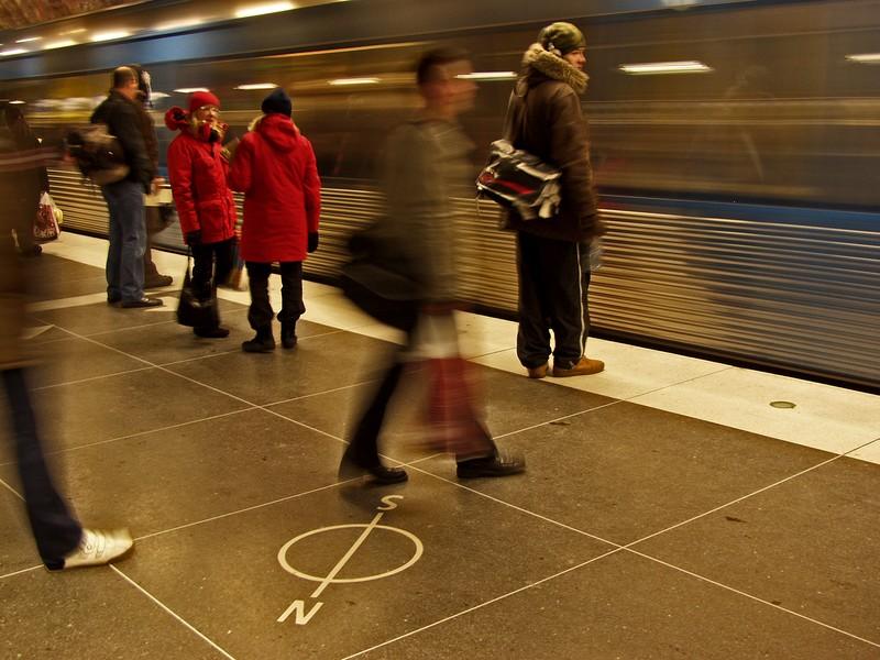 Metrojuna ohittaa aseman