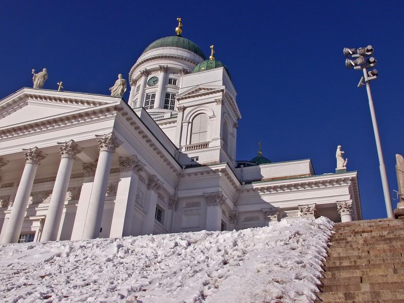 Tuomiokirkko ja lumiset portaat